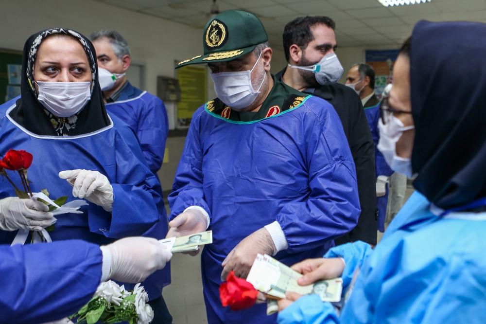 عکس  تحویل سال فرمانده سپاه قدس با کادر درمانی بیمارستان رازی